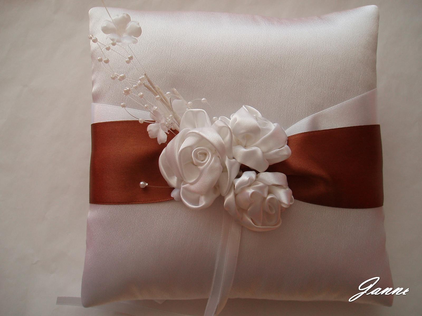 polštářek pod prstýnky-saténové růže - Obrázek č. 1