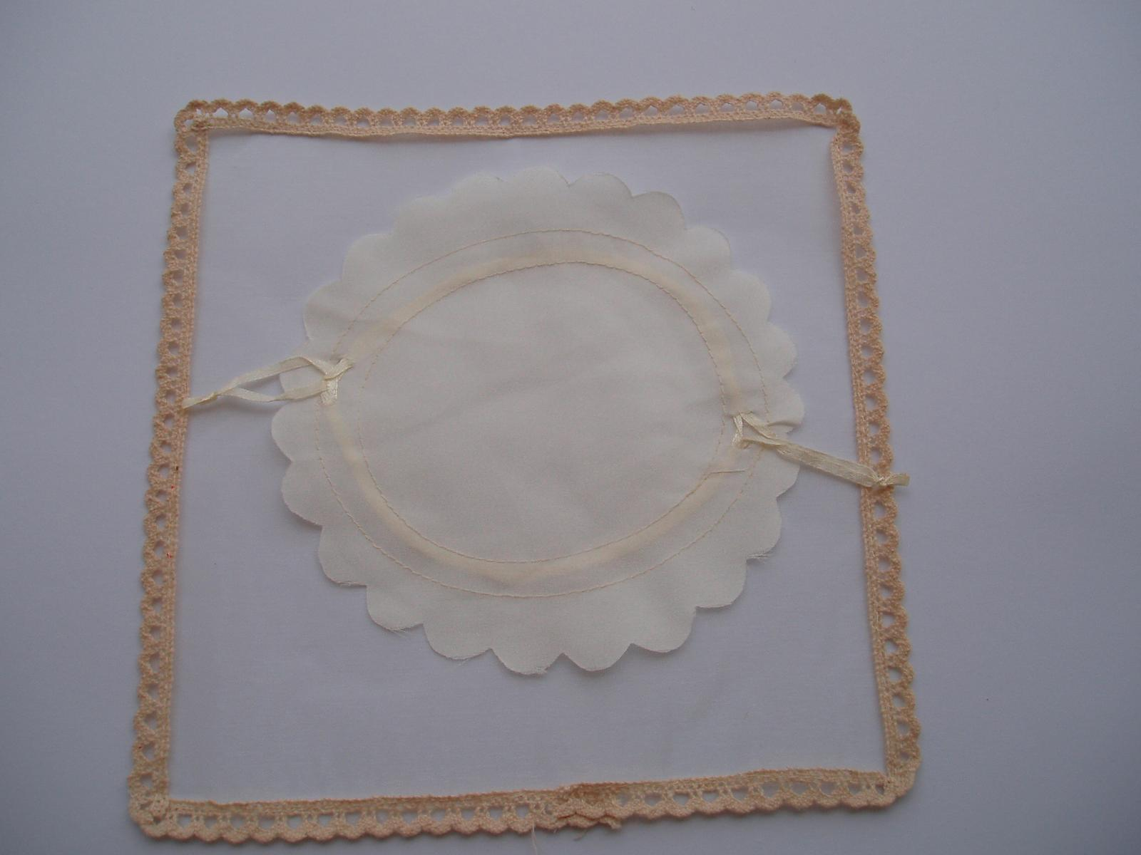 pompadurka na mandle s krajkou - Obrázek č. 1