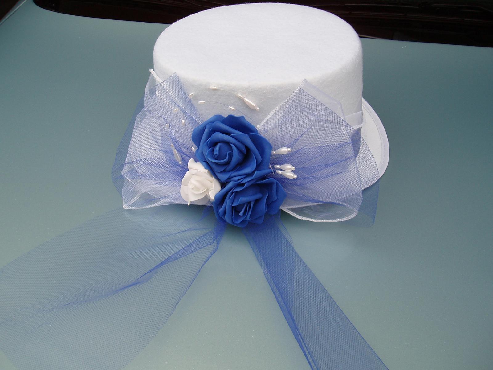 bílý cylindr s modrou růží - Obrázek č. 1