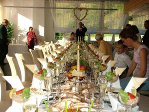 slávnostný stôl
