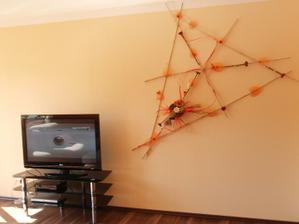 čelní stěna obýváku, ještě bez květin, fotek, atd...