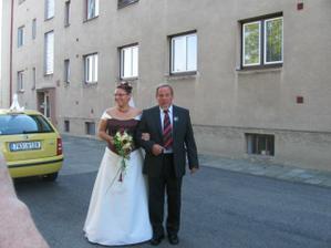 S tatínkem před domem v Úvalech