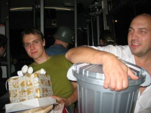 v autobuse...popelnice na dary