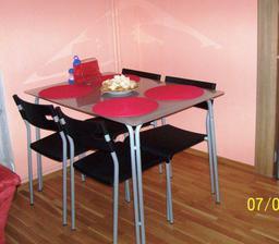 Jídelní stůl mezi obyvákem a kuchyňí