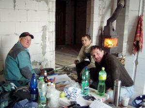 konečně máme krbovou vložku i napojenou tak v těchto mrazech (01/09) topíme. na záběru je manžel a oba naši tátové
