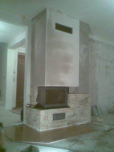 Stavíme domeček - krb již napůl obložený :-)