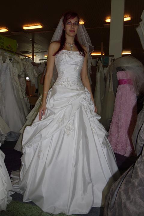 Óóó šaty ... - Lorna na mne - výšivka prekrásna, ale od pása dolu ten strih ne-e.