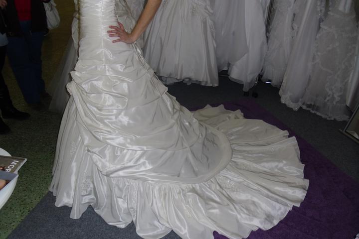 Óóó šaty ... - Kolekcia Mori Lee krémové na mne - detail na vlečku
