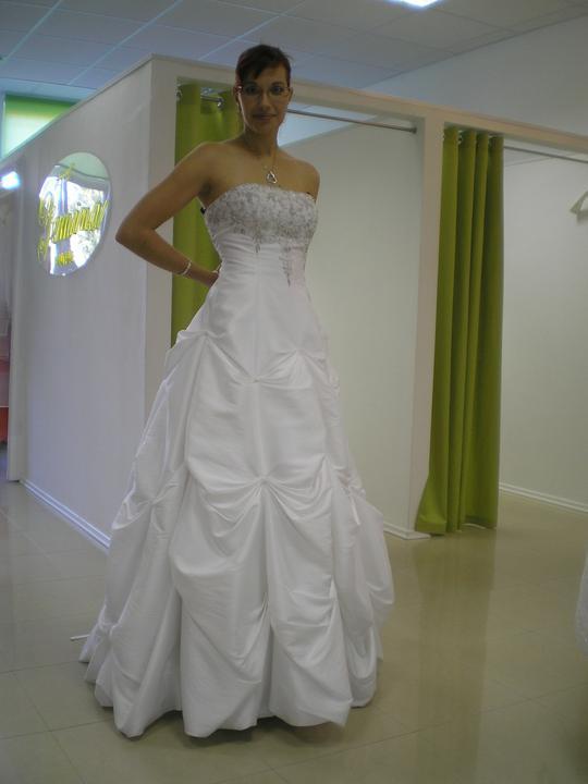 Óóó šaty ... - Inak toto boli úplne prvé skúšané svadobné šaty :) - model Kristína