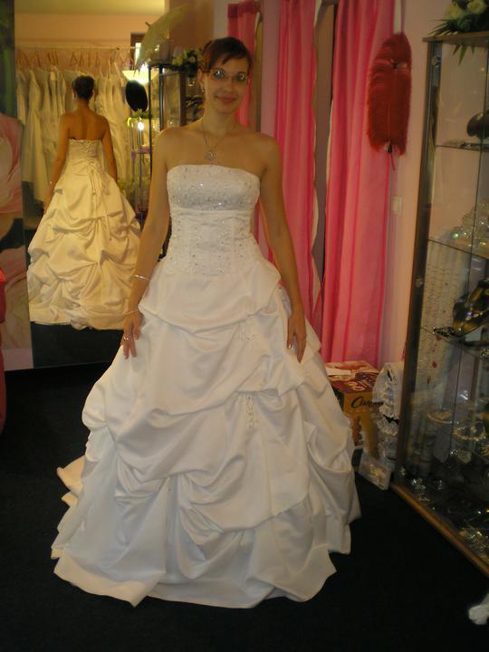 Óóó šaty ... - tieto sa mi páčili, musím uznať... Ale po svadobnej výstave boli ihneď zamietnuté  :)