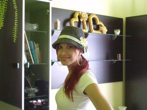 ja v klobúku, ktorý som vyzdobila pre ženícha...a vzadu sú už hotové obe srdiečka :)