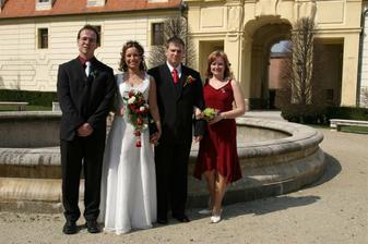 se sestrou ženicha a švagrem
