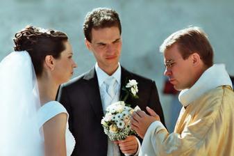 otec Tomáš nás trochu potrápil a těsně před začátkem nás seznámil s drobnými změnami v průběhu obřadu :)
