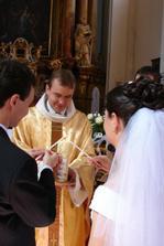 zapálení svatební svíce od paškálu (to byla ta změna :) )
