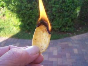 když nemáte po ruce podpalovač, poslouží třeba i chipsy či takkos