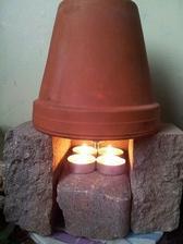 prý slouží jako venkovní provizorní ohřev (svíčky údajně stačí k tomu, aby zahřály květináč a z něho se line teplo) :-)