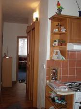 Pohled z kuchyne do pokoje a koupelna