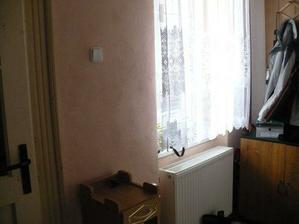 Okno a vchodové dvere do domu.