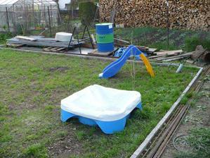 toto je ihrisko naších detí vzadu na záhrade