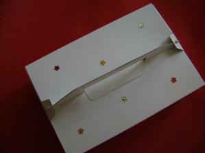 pohled shora na krabičku na výslužky