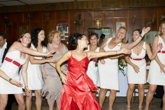 ...taneční vystoupení s družičkami