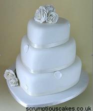 V jaké barvě budeme mít dort, záleží na ladění celé svatby. Bílou se však určitě nic nezkazí ;O)