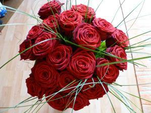 spolu s prstienkom 20 ruží...
