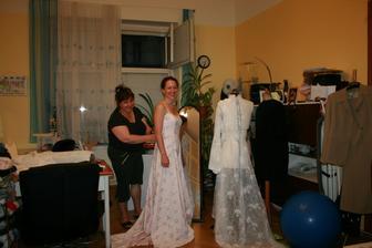 zkouška šatů u mamči v dílně