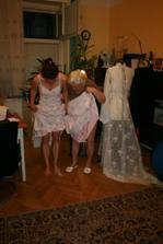 zkouška šatů II. babička pózuje :-)