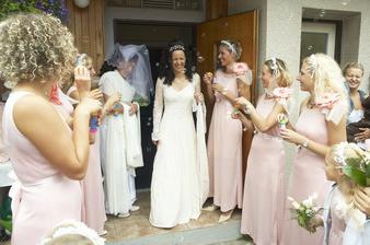 předání nevěsty, rfalešní nevěsta v pozadí přihlíží