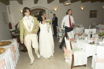 příchod na hostinu - stoly zdobil můj bratr  :-)(v pozadí)