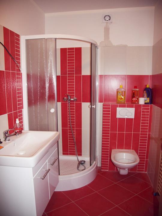 Spodní koupelna už s umyvadlem a důvod proč zabít dělníky ...větrák je v reklamaci