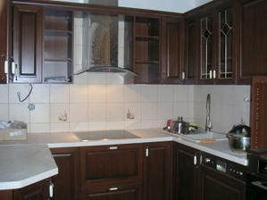 Kuchyně už obložená :-)..ještě lišty, umýt a můžeme začít stěhovat:-)