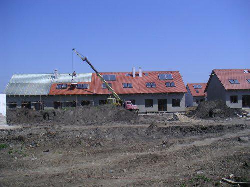 Začínáme....:-) - Tak ten s půlkou střechy...dne 20.4. 2009