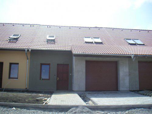 Domeček se pomalu dokončuje - zámkovka před domem okapy a podbytí střechy:-)