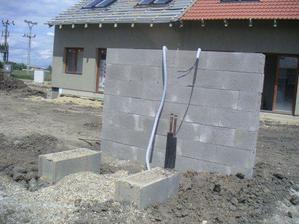 """Už se staví odhlučňovací zeď pro tepelné čerpadlo... bude do """"U"""""""