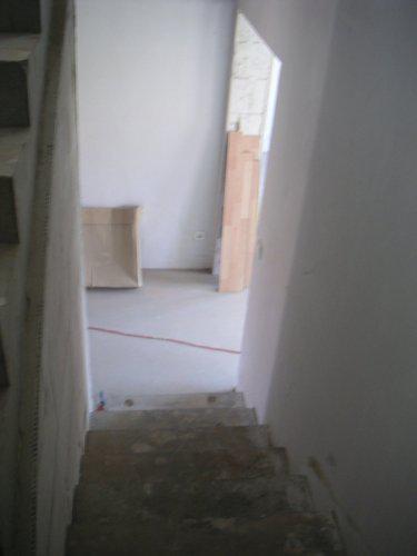 Pohled ze schodů dolů do chodby