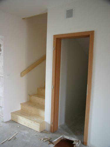 Obložky - dveře komora a obložené schodiště