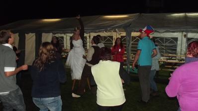 Šenkýřka-kde jinde ji tancovat než na židli. I s vlečkou se dá blbnout :)