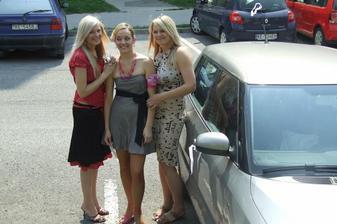 sesterničky Ivka a Bejka a sestrička Jožka pri výzdobe auta