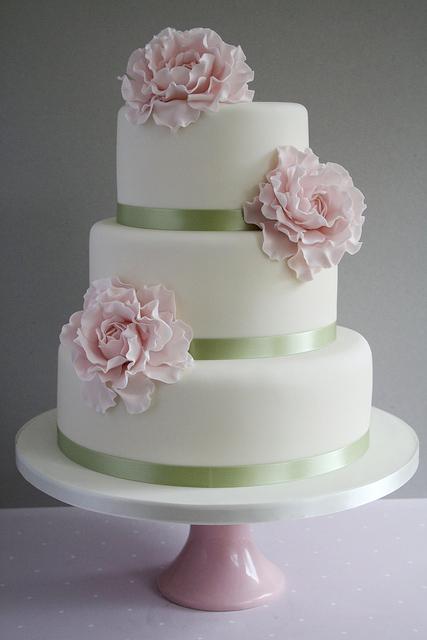 Skvelé nápady - tato torticka je krasna. jednoducha a s krasnymi marcipanovymi pivonkami. mnami !!!straaasne sa mi pacia pivonky !!! :-)