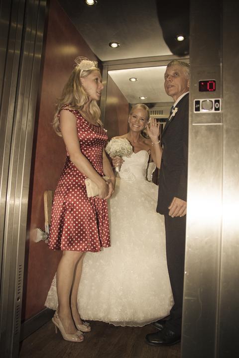 Lucka{{_AND_}}Ráďa - Jedeme na utajený nástup na obřad :) Postraní výtah do patra kde byl sál nás zachránil :)