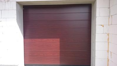 28.5.2015 - Garážová brána Hormann - farba mahagón (tak isto ako celé okná na dome .)