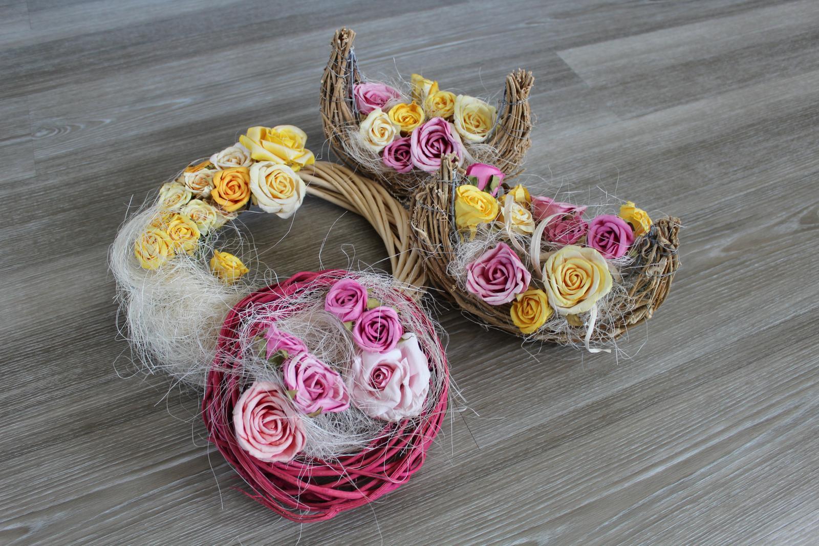 Věnec a dekorace s květinovou výzdobou, růže - Obrázek č. 1