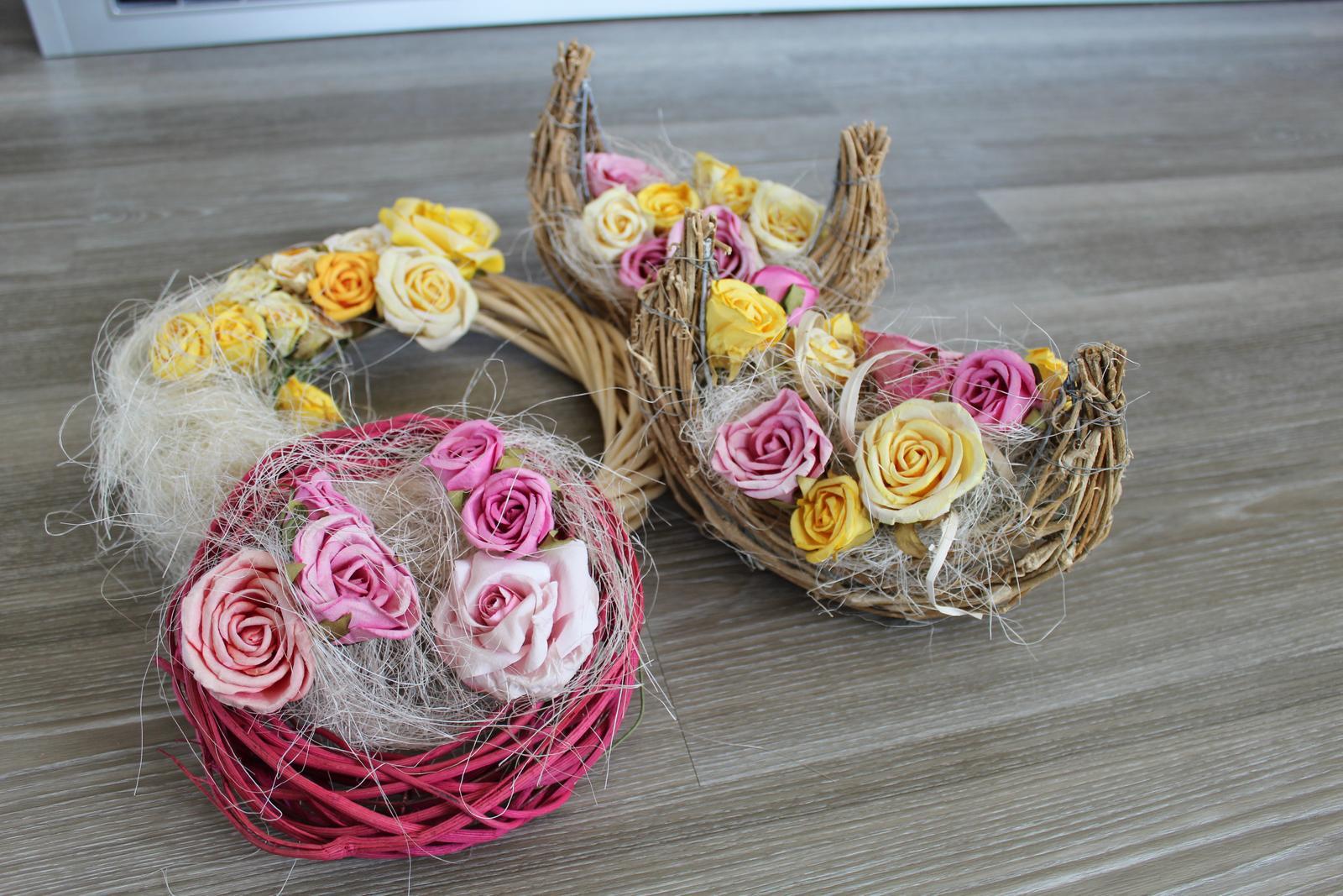 Věnec a dekorace s květinovou výzdobou, růže - Obrázek č. 2