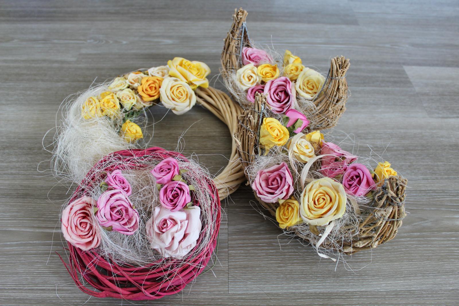 Věnec a dekorace s květinovou výzdobou, růže - Obrázek č. 3