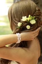 zivy kvet vo vlasoch bude podla kytice