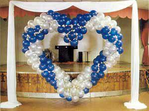 výzdoba miestnosti v modrom s veľkým srdcom za naším stolom