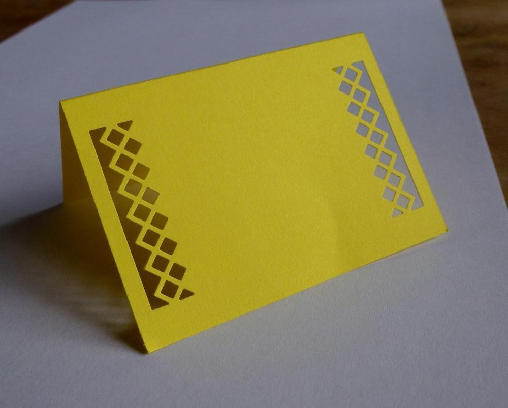 Žluté kostkaté jmenovky na svatební stůl - Obrázek č. 1