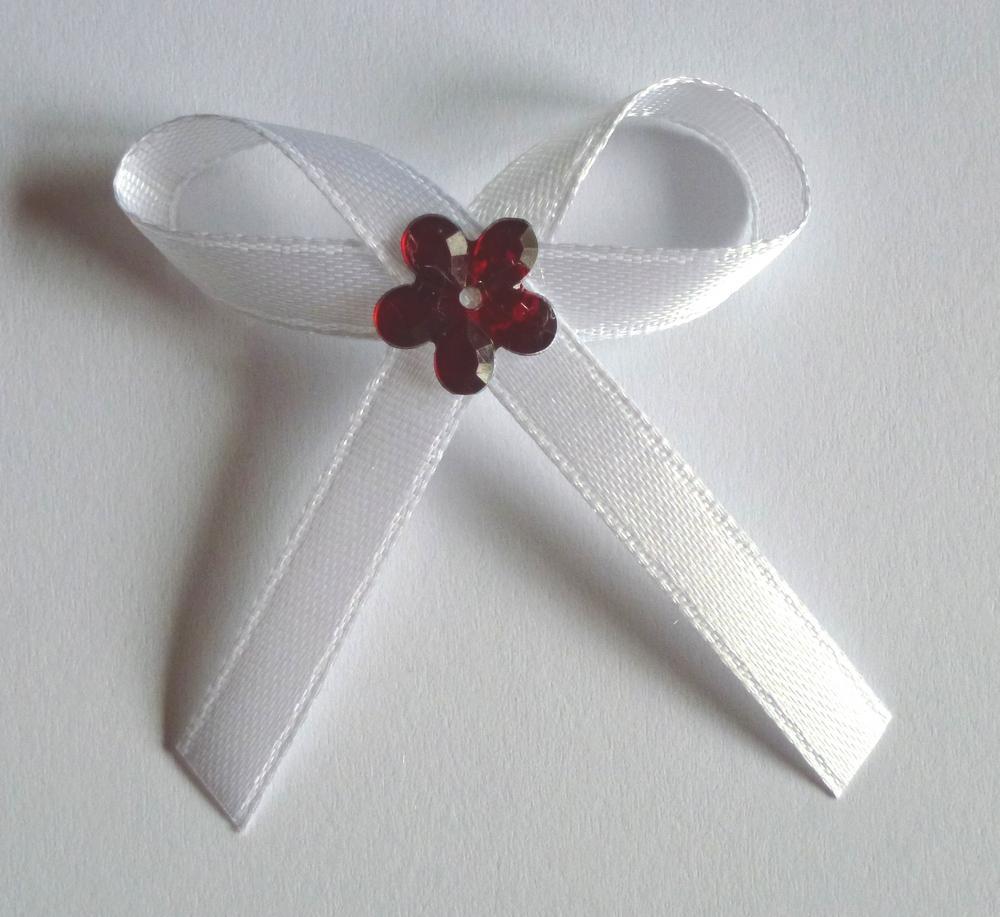 Bílé svatební vývazky s červenou kytkou - Obrázek č. 1